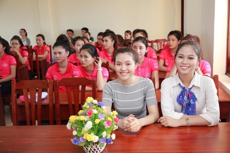 Nữ sinh viên Việt Nam khoe sắc, trổ tài bên chiến sĩ bộ đội biên phòng - ảnh 6