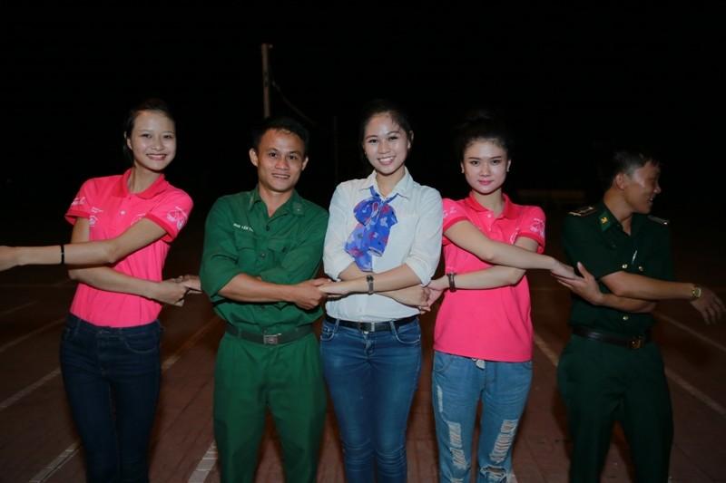 Nữ sinh viên Việt Nam khoe sắc, trổ tài bên chiến sĩ bộ đội biên phòng - ảnh 4