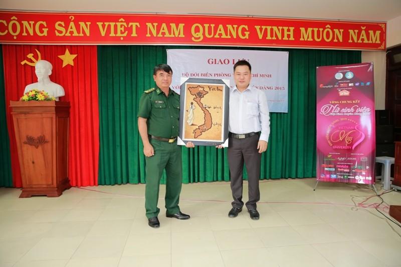 Nữ sinh viên Việt Nam khoe sắc, trổ tài bên chiến sĩ bộ đội biên phòng - ảnh 2
