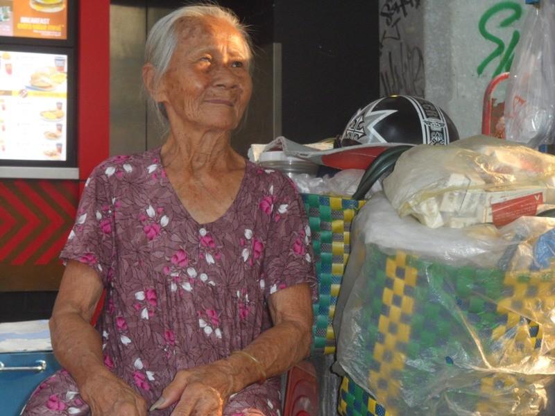 Hạnh phúc bình dị của cụ bà U90 nói được bốn ngoại ngữ - ảnh 1