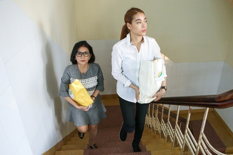 Trương Ngọc Ánh giúp nữ sinh bị tạt acid phẫu thuật gương mặt - ảnh 2