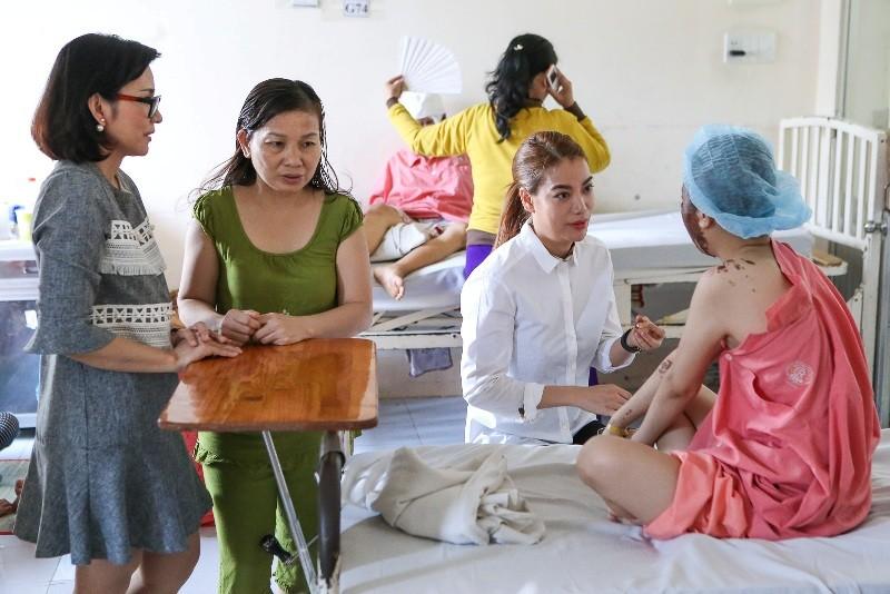 Trương Ngọc Ánh giúp nữ sinh bị tạt acid phẫu thuật gương mặt - ảnh 1