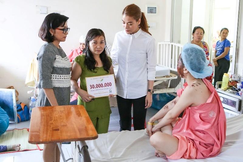 Trương Ngọc Ánh giúp nữ sinh bị tạt acid phẫu thuật gương mặt - ảnh 4