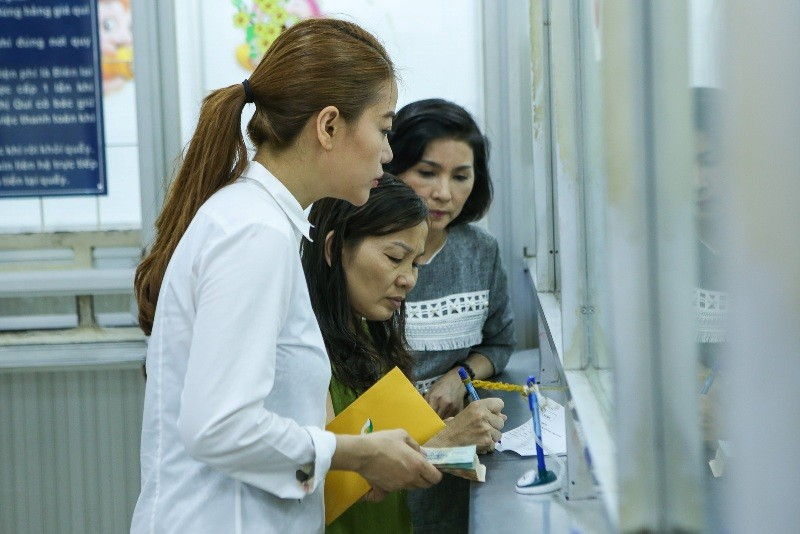 Trương Ngọc Ánh giúp nữ sinh bị tạt acid phẫu thuật gương mặt - ảnh 6