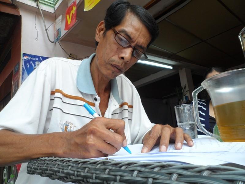 Chuyện bác bảo vệ viết đơn miễn phí cho dân nghèo  - ảnh 1