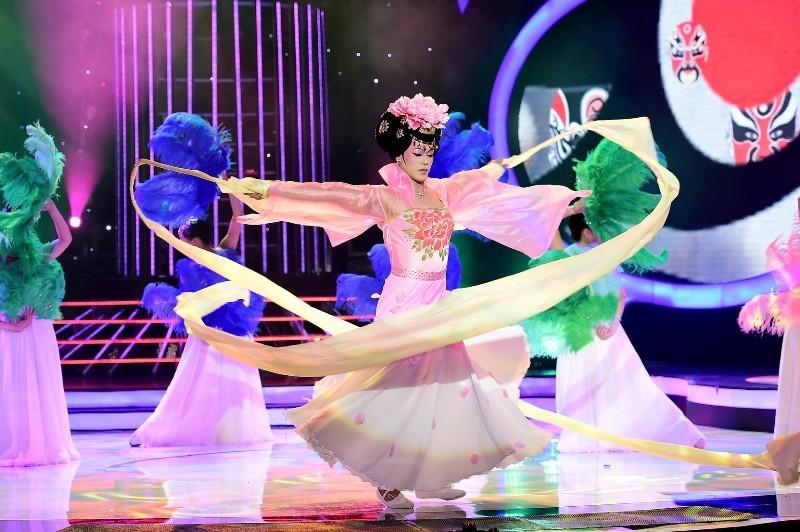 Phan Ngọc Luân giả gái, múa lụa 'qua mặt' Hòa Minzy - ảnh 2