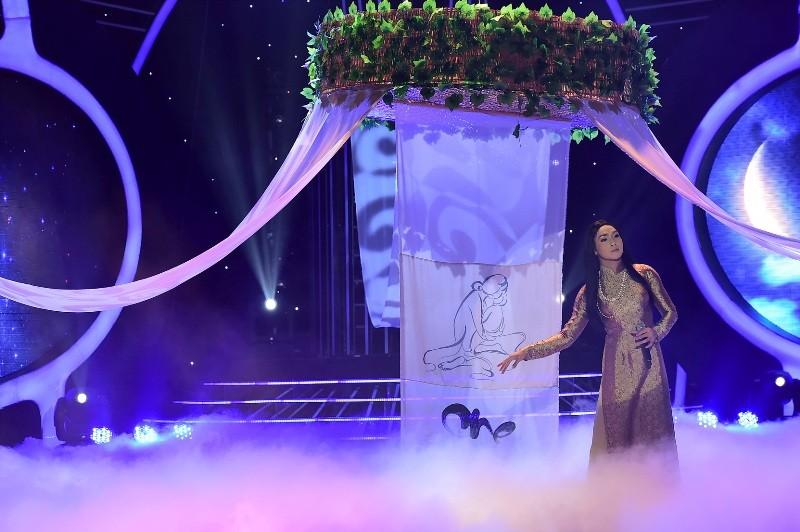 Phan Ngọc Luân giả gái, múa lụa 'qua mặt' Hòa Minzy - ảnh 7