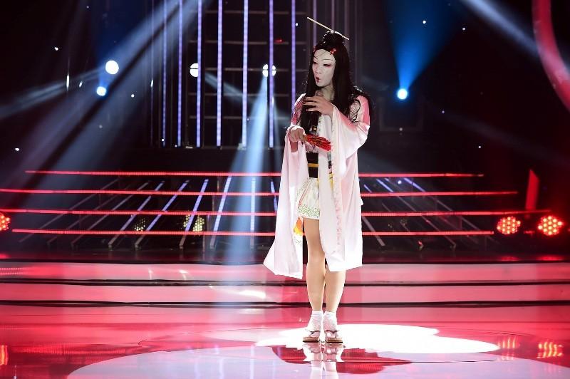 Phan Ngọc Luân giả gái, múa lụa 'qua mặt' Hòa Minzy - ảnh 6
