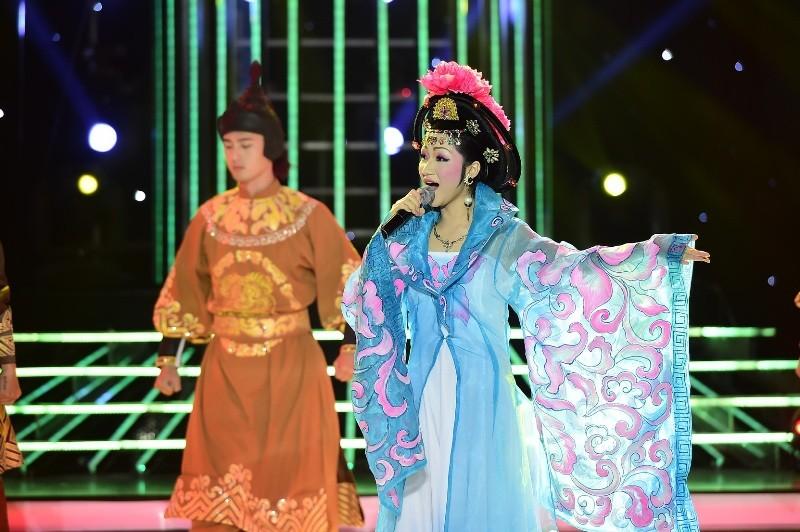 Phan Ngọc Luân giả gái, múa lụa 'qua mặt' Hòa Minzy - ảnh 3