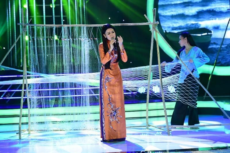 Phan Ngọc Luân giả gái, múa lụa 'qua mặt' Hòa Minzy - ảnh 9