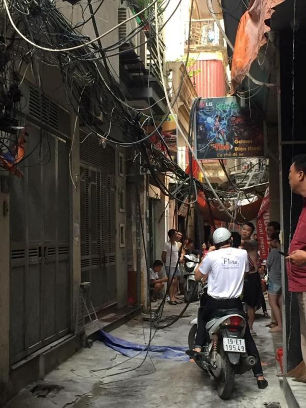 Cột điện cháy đen thui, cả khu phố náo loạn - ảnh 3