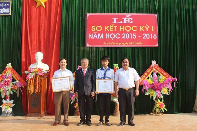 Cậu học trò Hồ Quang Trung (thứ 2 từ phải sang) trong lễ sơ kết học kì I