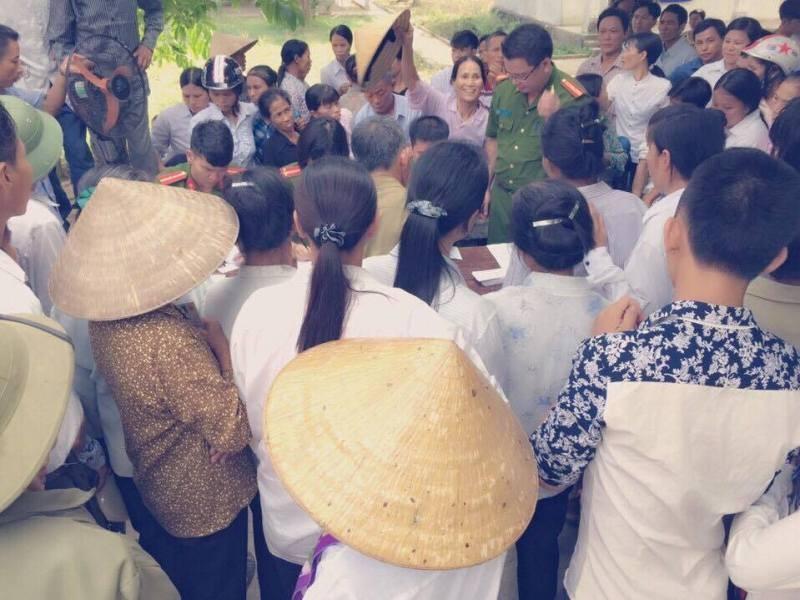 Người dân vùng tái định cư Nghệ An tự nguyện giao nộp hơn 50 súng kíp - ảnh 3