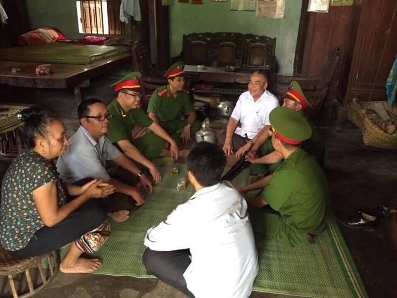 Người dân vùng tái định cư Nghệ An tự nguyện giao nộp hơn 50 súng kíp - ảnh 2