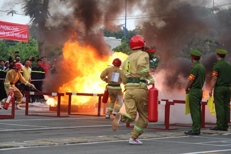 Cảnh sát PCCC băng tường, phá cửa, dập lửa cứu người - ảnh 1