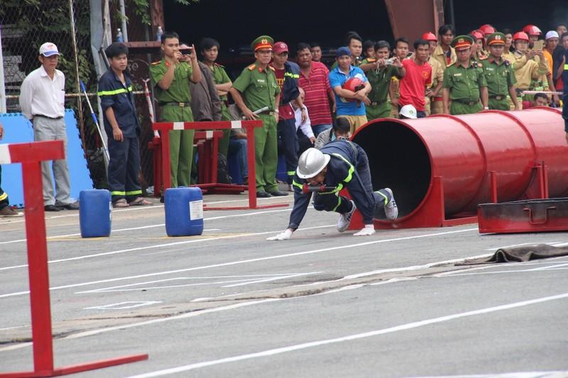 Cảnh sát PCCC băng tường, phá cửa, dập lửa cứu người - ảnh 8