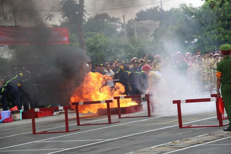 Cảnh sát PCCC băng tường, phá cửa, dập lửa cứu người - ảnh 6