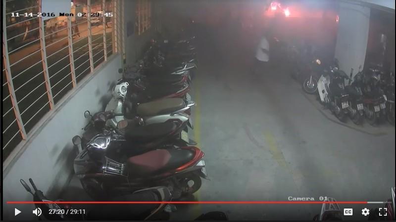 May mắn xe ô tô để cách khu vực để xe máy khá xa. (Ảnh trích xuất từ camera)
