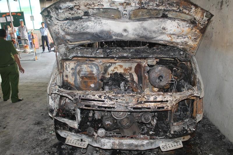 Xe ô tô bị cháy lúc rạng sáng. Ảnh Cảnh sát PCCC Tp.HCM cung cấp