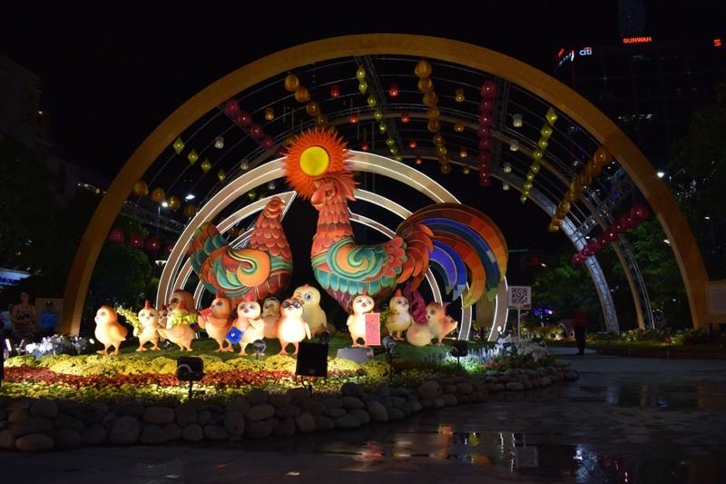 Dân nô nức về đường hoa Nguyễn Huệ ngay đêm khai mạc - ảnh 2