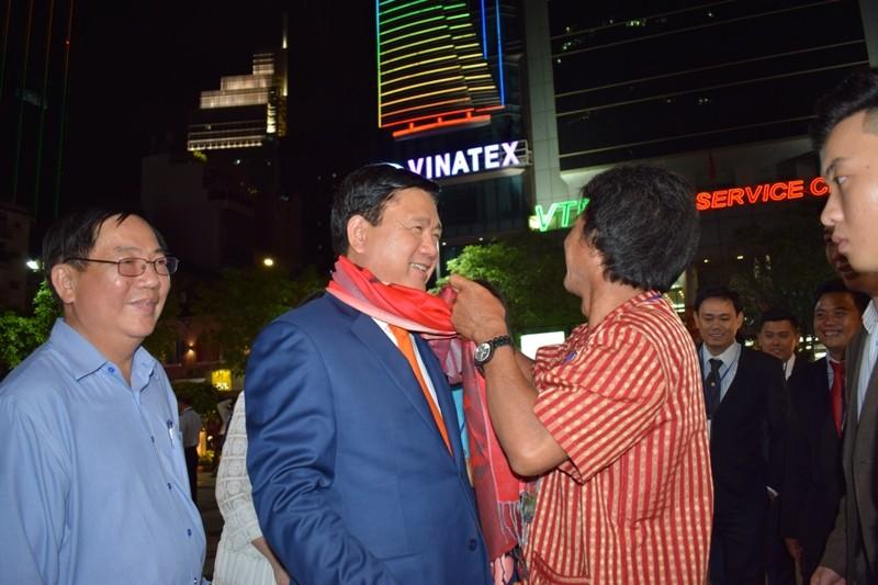 Dân nô nức về đường hoa Nguyễn Huệ ngay đêm khai mạc - ảnh 9