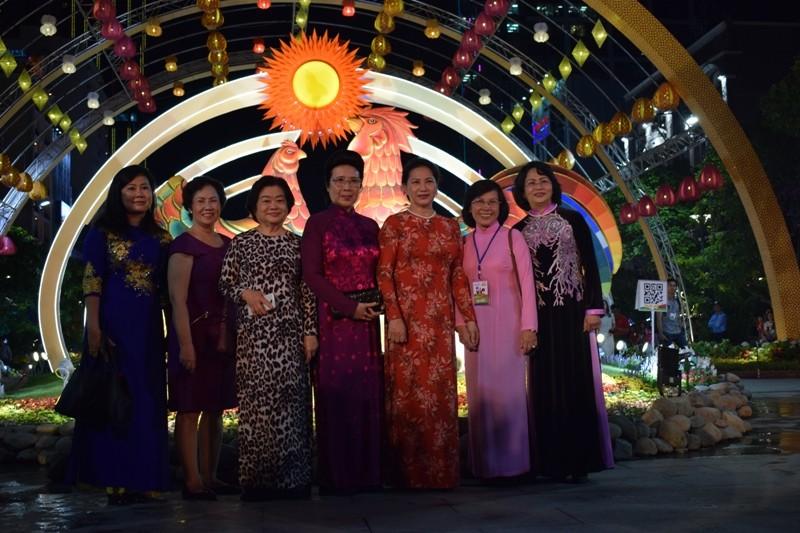 Dân nô nức về đường hoa Nguyễn Huệ ngay đêm khai mạc - ảnh 1