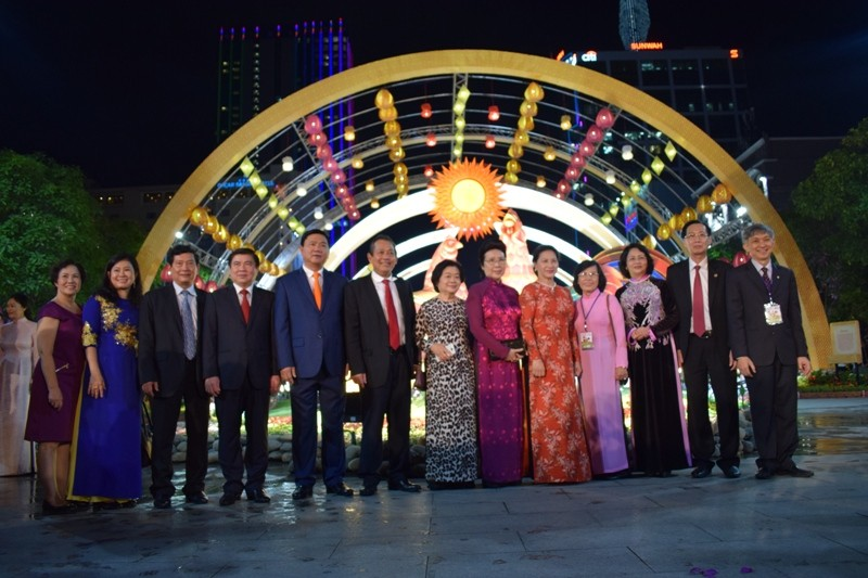 Dân nô nức về đường hoa Nguyễn Huệ ngay đêm khai mạc - ảnh 6