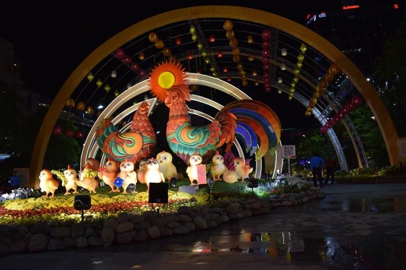 Chùm ảnh: Dân nô nức về đường hoa Nguyễn Huệ  - ảnh 1