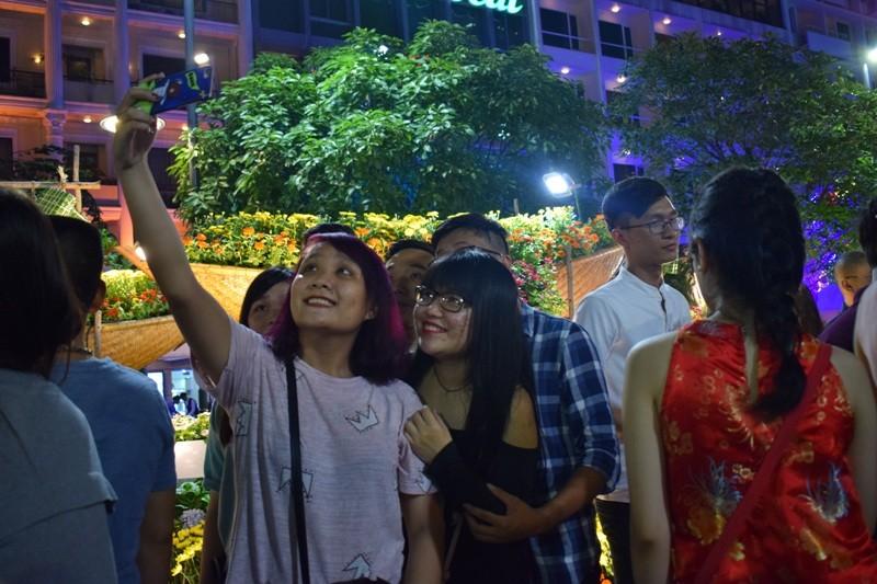 Chùm ảnh: Dân nô nức về đường hoa Nguyễn Huệ  - ảnh 5
