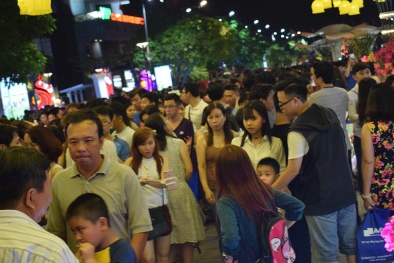Chùm ảnh: Dân nô nức về đường hoa Nguyễn Huệ  - ảnh 4