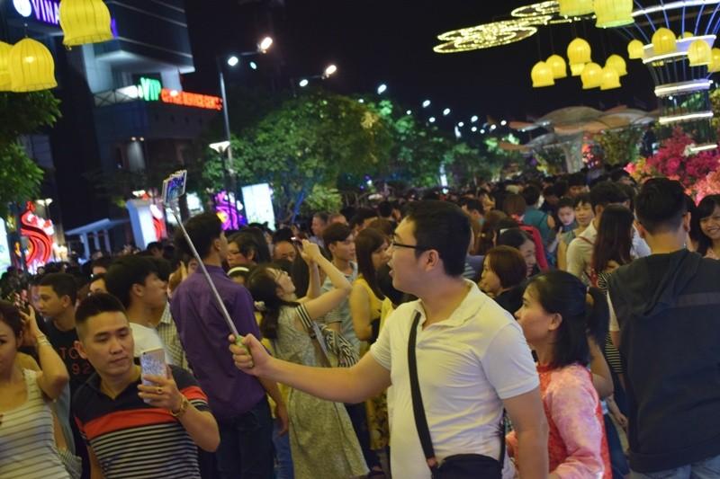 Chùm ảnh: Dân nô nức về đường hoa Nguyễn Huệ  - ảnh 3