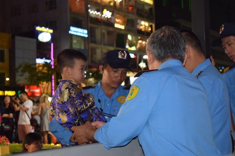 Chùm ảnh: Dân nô nức về đường hoa Nguyễn Huệ  - ảnh 11