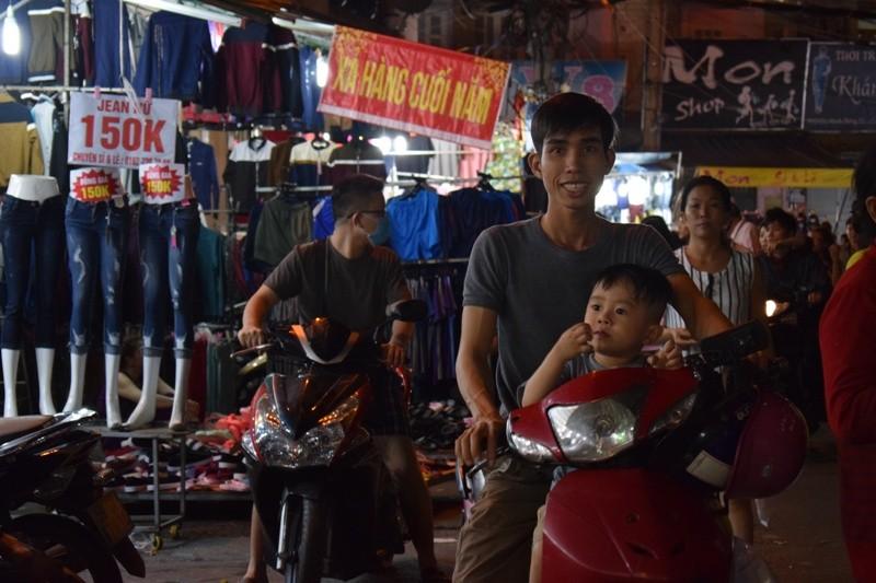 Chật vật chen chân đi chợ Hạnh Thông Tây ngày cuối năm - ảnh 1