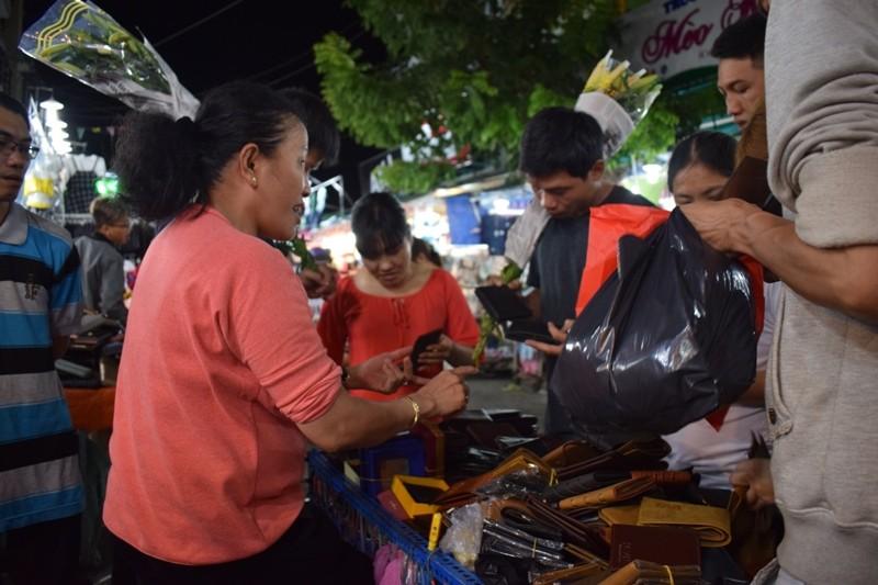 Chật vật chen chân đi chợ Hạnh Thông Tây ngày cuối năm - ảnh 10