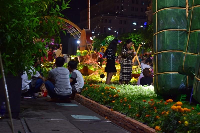 Đường hoa Nguyễn Huệ sau đêm mùng 3 Tết - ảnh 8