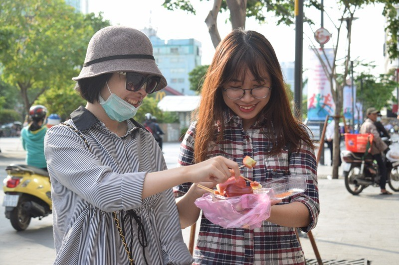 Nữ sinh bị tạt axit đi Thái Lan điều trị đã trở về  - ảnh 7