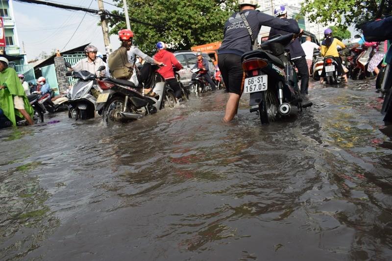 Ngập nặng đường hóa sông, hàng trăm xe chết máy la liệt - ảnh 9