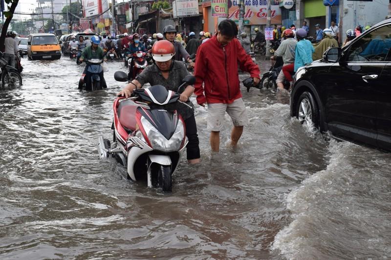 Ngập nặng đường hóa sông, hàng trăm xe chết máy la liệt - ảnh 6