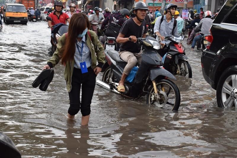Ngập nặng đường hóa sông, hàng trăm xe chết máy la liệt - ảnh 4