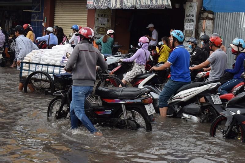 Ngập nặng đường hóa sông, hàng trăm xe chết máy la liệt - ảnh 2
