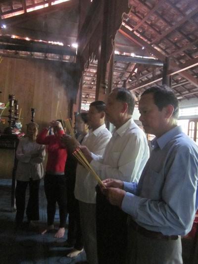 Trung tướng Nguyễn Việt Thành (thứ hai từ phải qua) kính cẩn trước tổ tiên tại nhà thờ họ Nguyễn ở Tiền Giang
