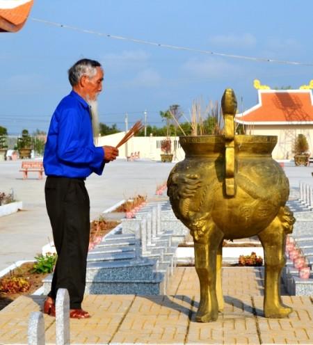 Cụ Hồ Ngọc Khiết thắp hương tại Nghĩa trang liệt sĩ huyện Năm Căn, Cà Mau.