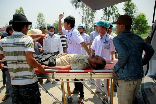 Gia đình không cho chở đi bệnh viện, cán bộ y tế khám, đo huyết áp cho ông Thạnh tại hiện trường