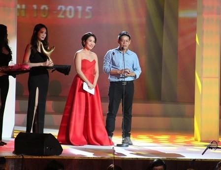 Nhạc sĩ Võ Thiện Thanh thay mặt Mỹ Tâm nhận giải Ca sĩ của năm