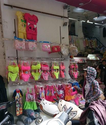 Xuất hiện áo trẻ em in chữ nhạy cảm ở Hà Nội - ảnh 4