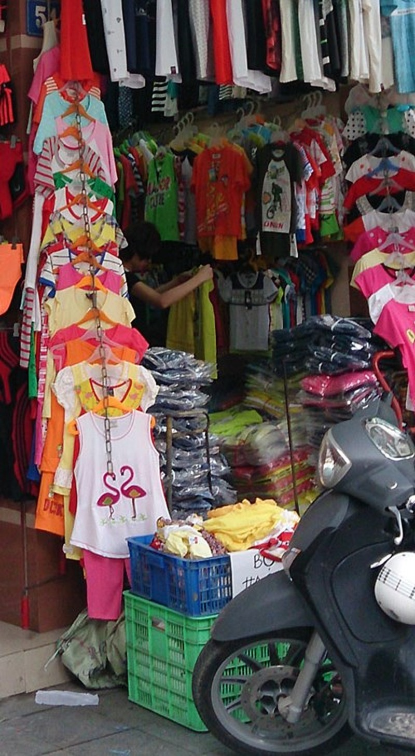 Xuất hiện áo trẻ em in chữ nhạy cảm ở Hà Nội - ảnh 3