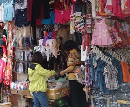 Xuất hiện áo trẻ em in chữ nhạy cảm ở Hà Nội - ảnh 1