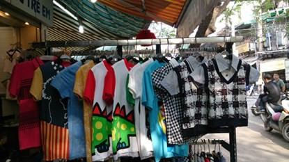 Xuất hiện áo trẻ em in chữ nhạy cảm ở Hà Nội - ảnh 2