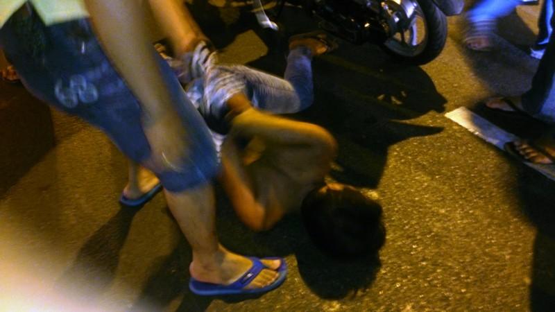 Bắt nóng kẻ cướp giật ở trung tâm TP.HCM - ảnh 1