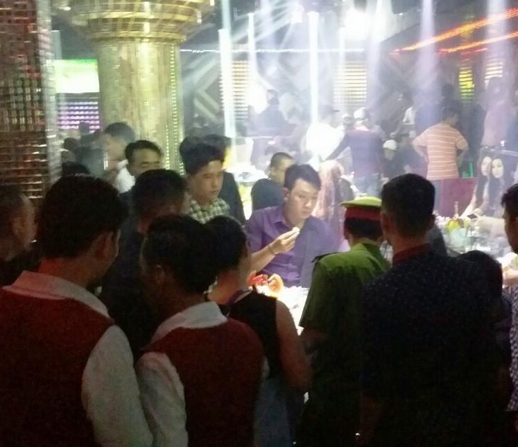 Cảnh sát kiểm tra hàng trăm dân chơi trong quán bar lúc rạng sáng - ảnh 1